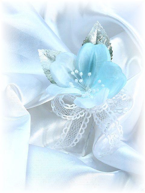ブライダルフラワーのミニコサージュ(ブルー)